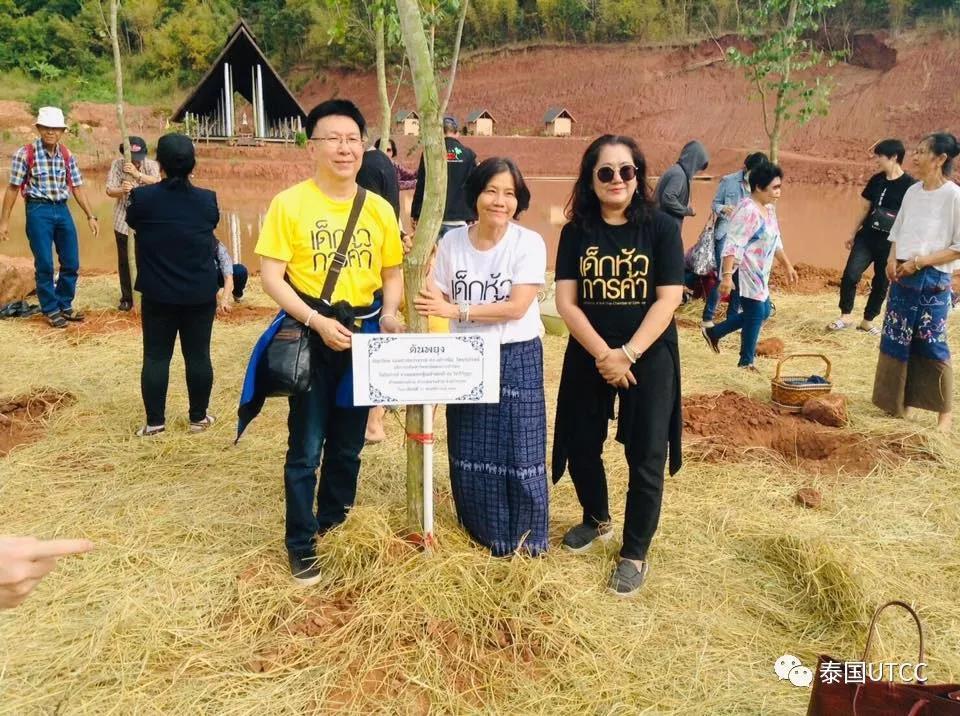 泰国商会大学校长带领本校师生举行2018年布施活动