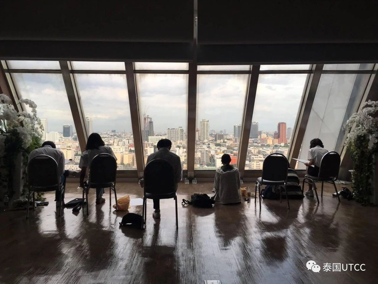 从18层窗户以鸟瞰视角勾勒城市线条