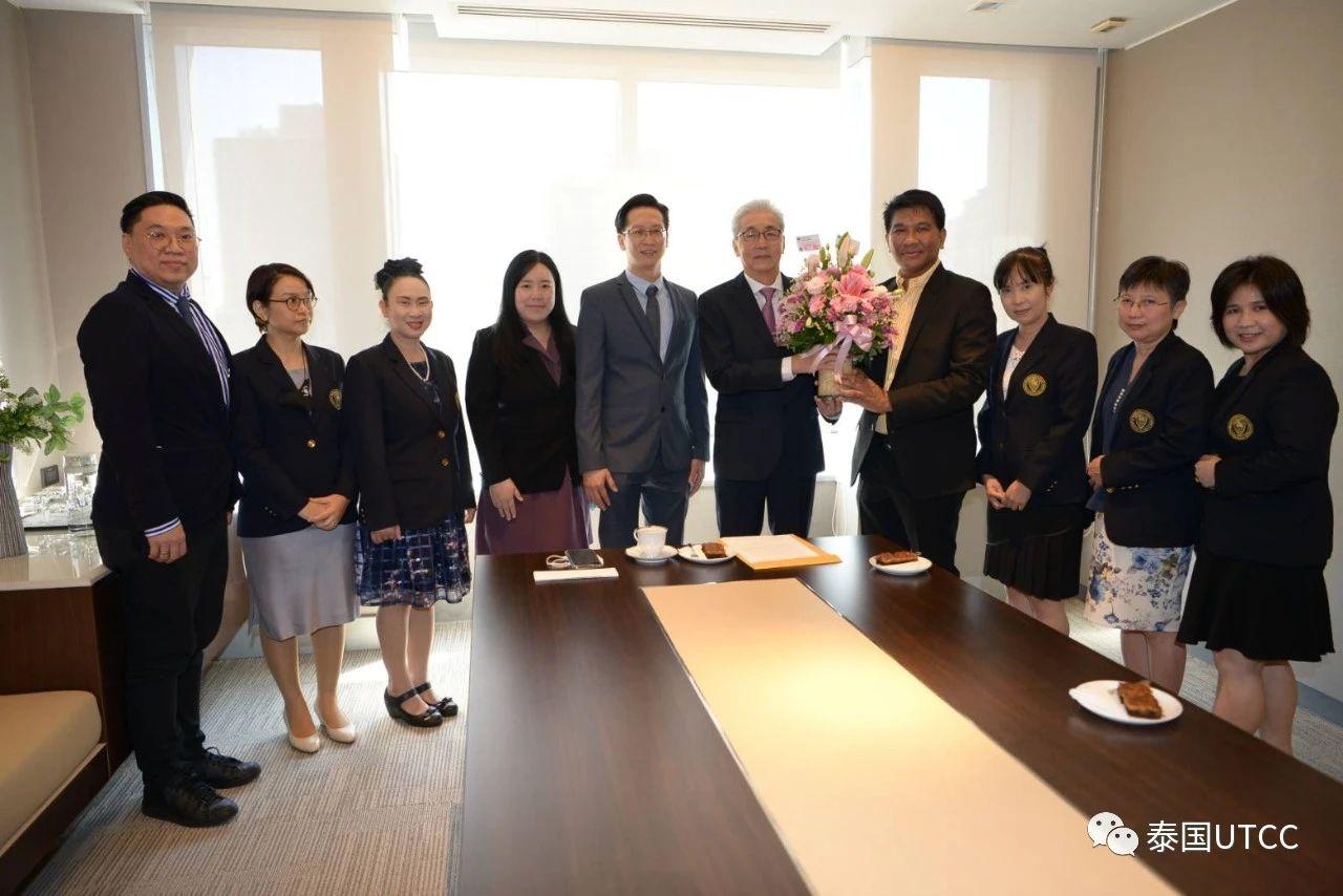 泰国商会大学向颂奇表示祝贺并献上花篮