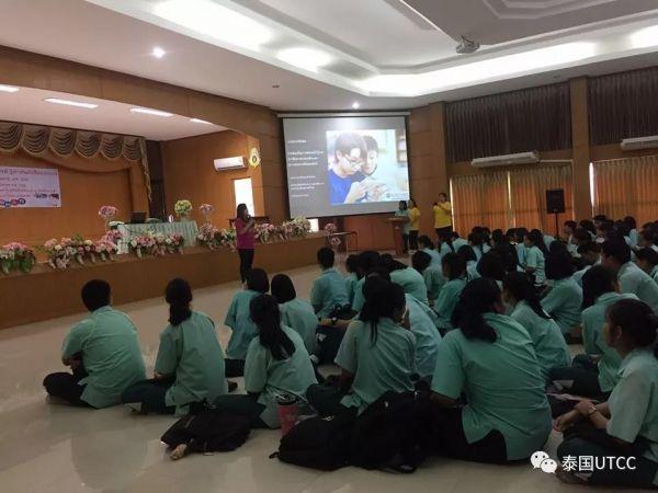 法学院在Wisetchaichan Tantiwittayapoom学校为青少年儿童举办如何在使用社交网络媒体中保护自己的培训
