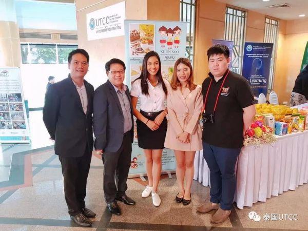 Khun Nu Thai品牌负责人、我校博士生塔雅瓦莱在泰国商会大学附属实验幼儿园开园典礼上进行展品展示