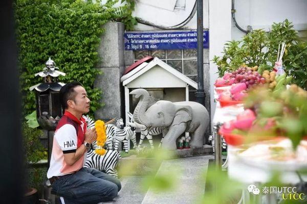 泰国商会大学人文与艺术应用学院在学院成立39年之际举办斋僧仪式