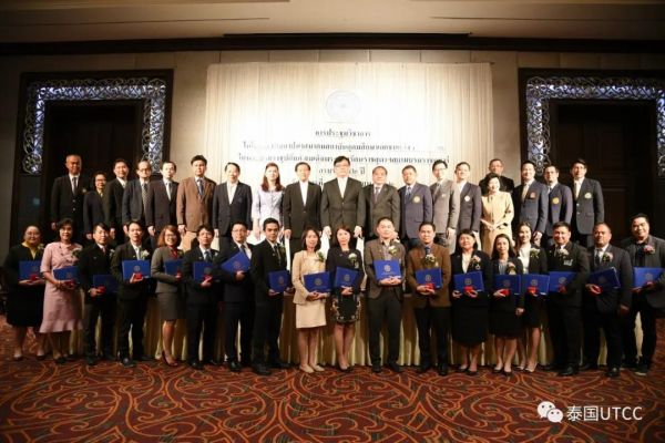 向泰国商会大学工程学院教师表示祝贺