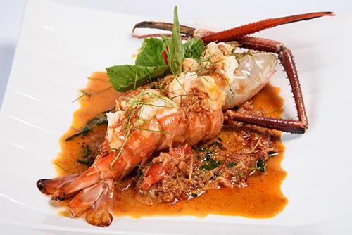 แกงนอกครกกุ้งแม่น้ำหรือปลากะพงขาว / Fresh Herbs Thai Curry
